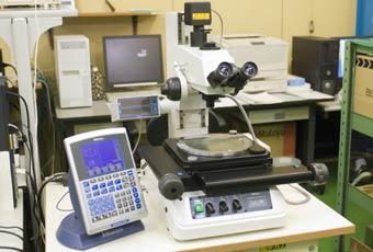 恒温室での加工・測定の写真1