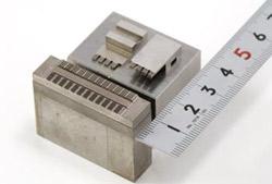 狭ピッチ(0.3ピッチ)コネクタ成型金型用の電極の写真3