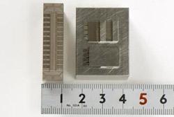 狭ピッチ(0.3ピッチ)コネクタ成型金型用の電極の写真4